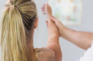 nyaki gerincsérv tünetei